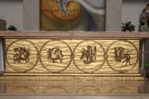 L'autel décoré d'une  représentation du tétramorphe en métal repoussé.