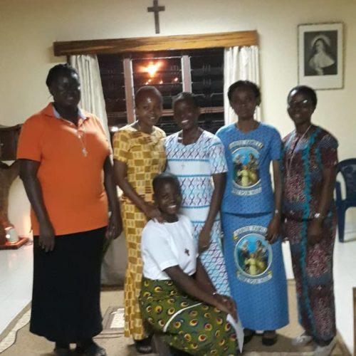 Srs Gertrude, Marie Ange Monique, Camille, Patricia et Hortense. Agenouillée : Antoinette