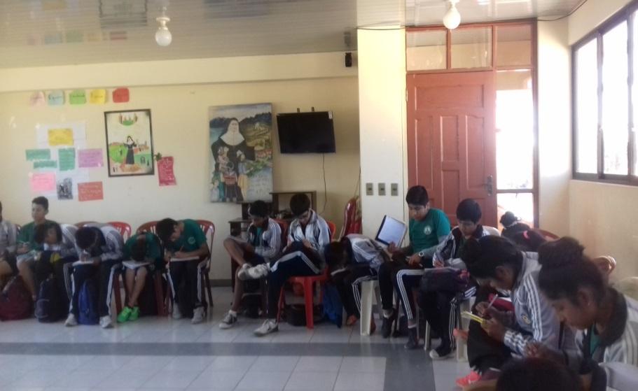 Des élèves boliviens studieux