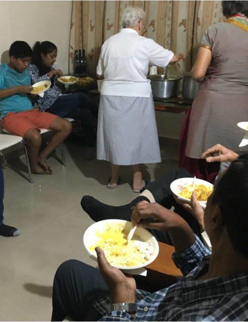 Repas partagé après la prière du Rosaire
