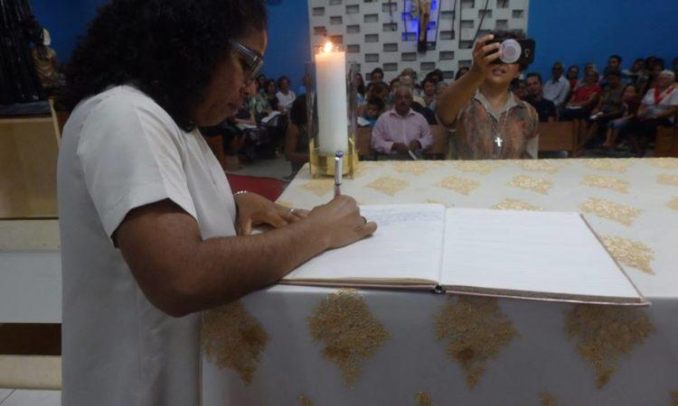 Sr Jane Luiz Bernardo signe son engagement