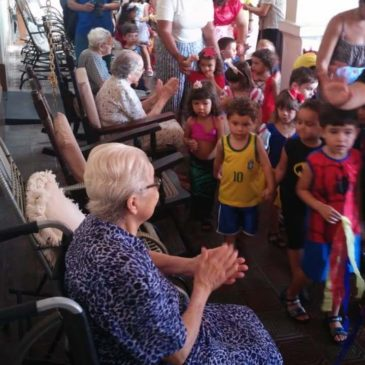 Les petits défilent pour les Sœurs âgées au Brésil