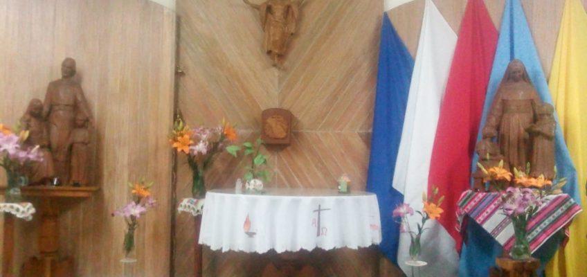 La décoration de la chapelle, fleurie et avec Sainte Émilie