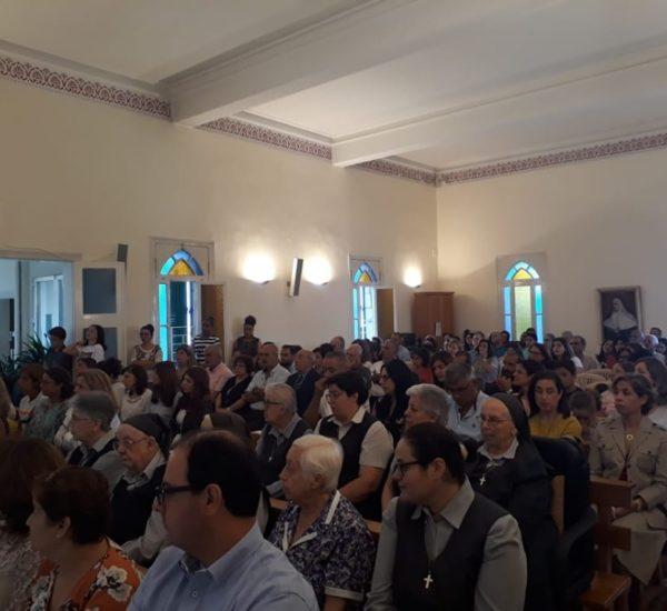 Une assemblée bigarrée et nombreuse