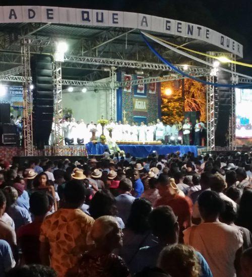 Célébration en plen air en soirée pour le pèlerinage de la terre et de l'eau
