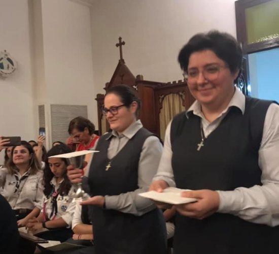 Sr Myriam Salameh et Sr Darine Mattar pendant la procession des offrandes