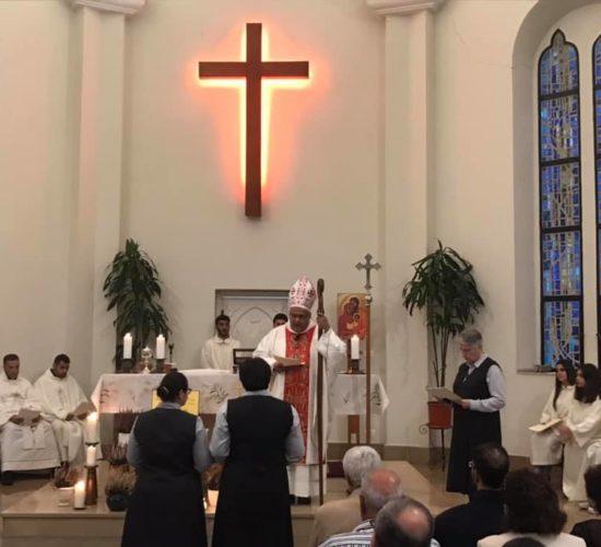 Sr Myriam Salameh et Sr Darine Mattar face à l'évêque et à leur Supérieure