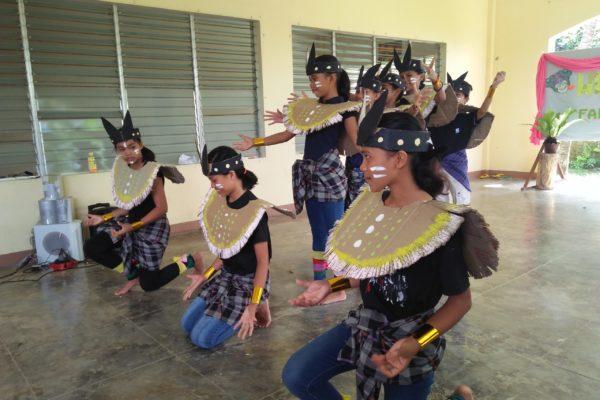 Une danse sur la Création dans une ethnie