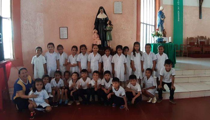 Pose devant la Sainte patronne de l'école