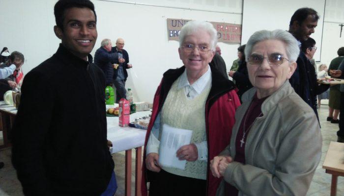 Sourires d'un séminariste devant des Sœurs professes