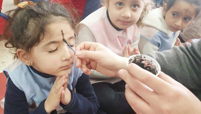 Les enfants prient par ce geste
