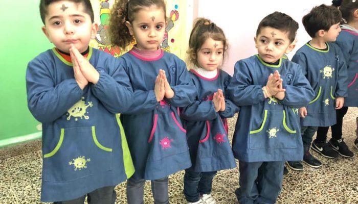 Les mains jointes pour mieux prier