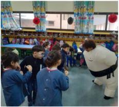 Un sumo bien imposant devant le groupe d'élèves