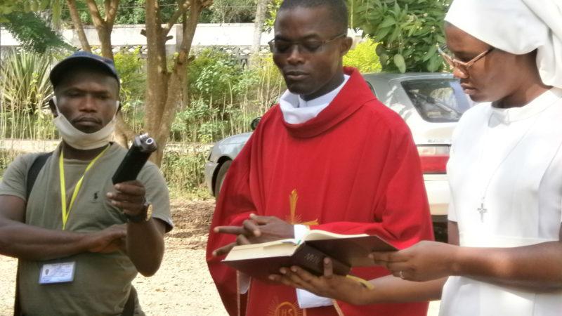 Le prêtre bénit les rameaux