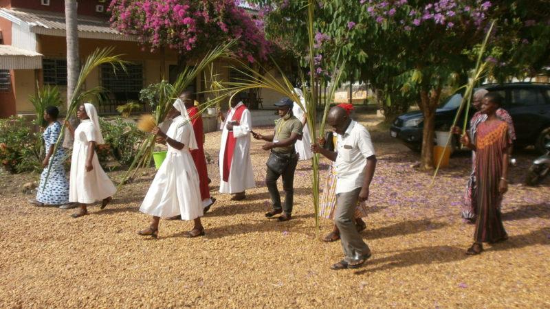 L'assemblée se dirige vers l'église