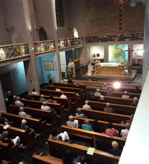 Assemblée à la messe du samedi soir à la chapelle