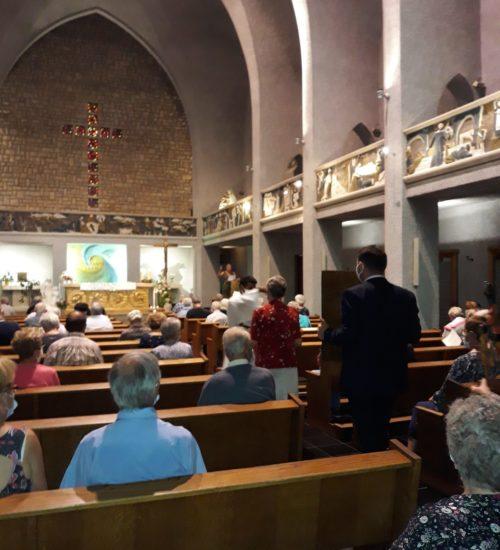 Procession des offrandes lors de la messe à la chapelle