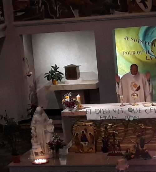 Prière eucharistique devant la statue de la Sainte