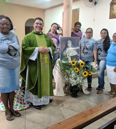 Après la messe devant le portrait de la Sainte