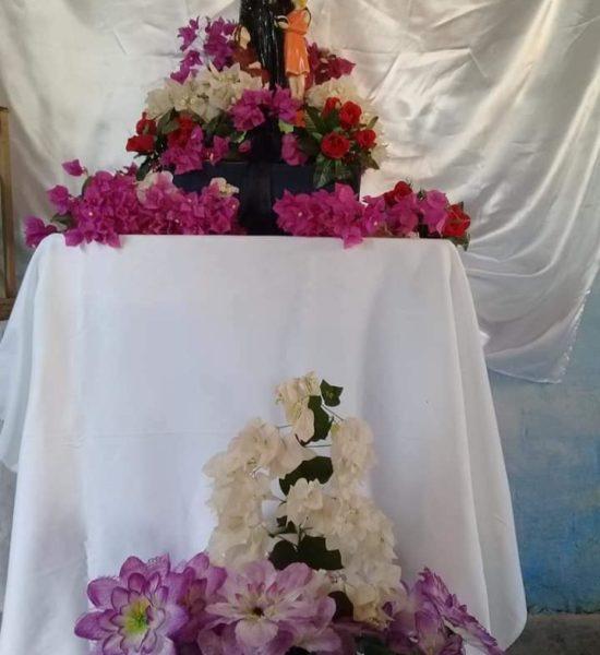 Statue fleurie avec dévotion