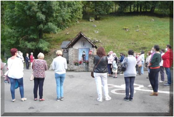 Prière à l'oratoire extérieur avec la distanciation sociale