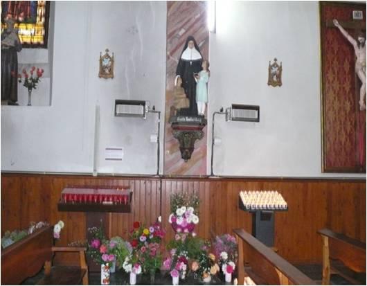 Statue fleurie de la Sainte dans la chapelle de la paroisse