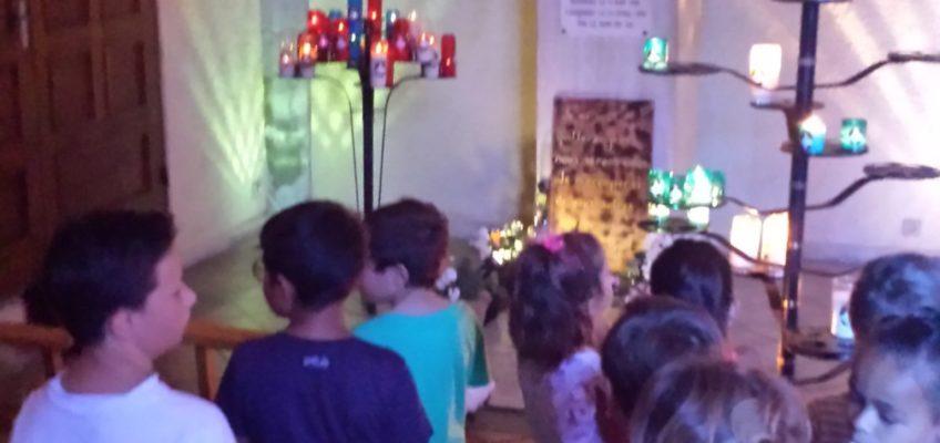 Les enfants prient devant la tombe