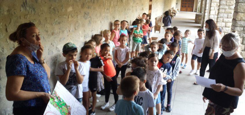 Les enfants s'apprêtent à rejoindre la chapelle