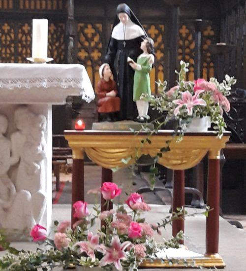 Décoration à la collégiale pour la messe du dimanche