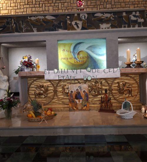 Autel de la chapelle avec les offrandes