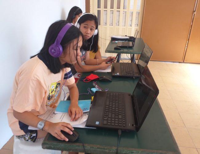 Lycéennes suivant leurs cours en ligne