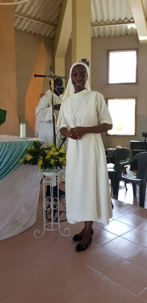 Sr Marcelle heureuse devant l'autel