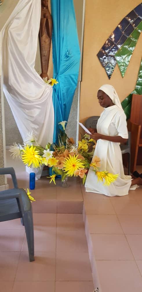 En prière devant Marie