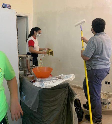 Préparation des brosses pour peindre le mur