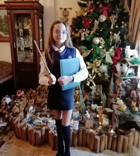 Hermione en uniforme avec sa baguette