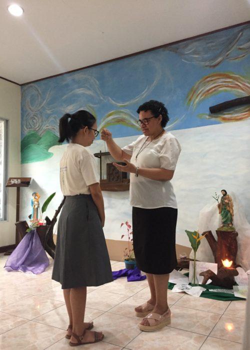 Sr Francisca présente la médaille de sainte Émilie à Dung